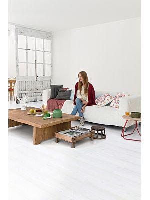 Parquet laminado de roble con cortes de sierra gris im 1858 de la marca quick-step de la serie impressive ultra en un ambiente de habitación.