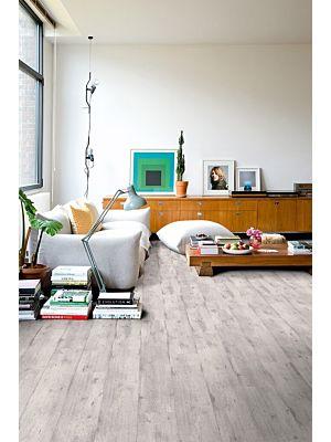 Parquet laminado de pino natural im 1860 de la marca quick-step de la serie impressive ultra en un ambiente de habitación.