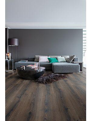 Parquet laminado de roble desierto gris cepillado de la marca quick-step de la serie majestic en un ambiente de habitación.