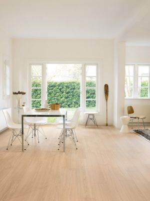 Parquet laminado de roble mañana azul de la marca quick-step de la serie perspective wide en un ambiente de habitación.