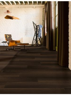 Parquet laminado de roble blanco aceitado de la marca quick-step de la serie eligna wide en un ambiente de habitación.