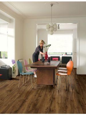 Parquet laminado de castaño natural mejorado de la marca quick-step de la serie eligna wide en un ambiente de habitación.