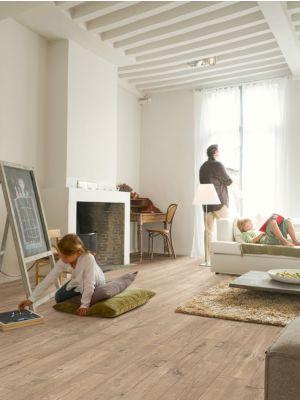 Parquet laminado de roble caribeño oscuro de la marca quick-step de la serie perspective wide en un ambiente de habitación.