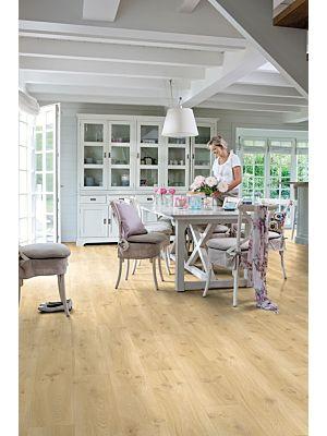 Parquet vinílico de la marca Quick-Step livyn Roble flotante claro BACP40017 de la serie Balance Click plus en un ambiente de habitación.