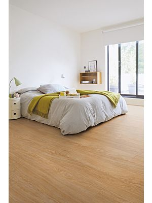 Parquet vinílico de la marca Quick-Step livyn roble selecto claro BACP40032 de la serie Balance Click Plus en un ambiente de habitación.