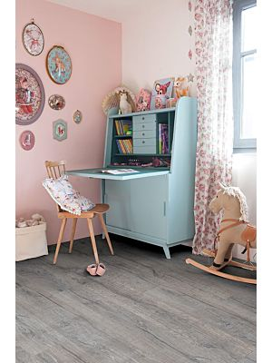 Parquet vinílico de la marca Quick-Step livyn roble selecto natural BACL40033 de la serie Balance Click en un ambiente de habitación.