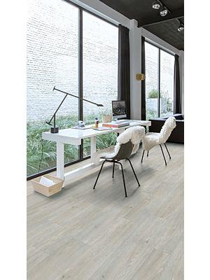 Parquet vinílico de la marca Quick-Step livyn roble gris tablones artesanales BACL40040 de la serie Balance Click en un ambiente de habitación.
