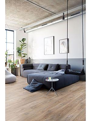 Parquet vinílico de la marca Quick-Step livyn roble seda gris marrón BACP40053 de la serie Balance Click  Plus en un ambiente de habitación.