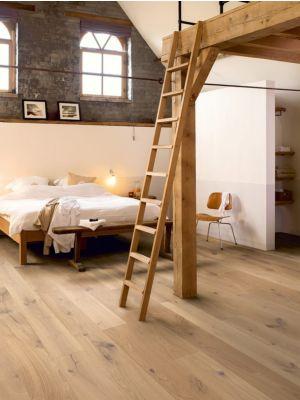 Parquet de madera natural de Quick-Step de la colección palazzo pal3096S Roble canela extremate en un ambiente de habitación.