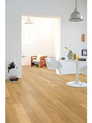Parquet laminado de cerezo barnizado natural de la marca quick-step de la serie perspective en un ambiente de habitación.