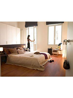 Parquet laminado de haya barnizado de la marca quick-step de la serie perspective en un ambiente de habitación.