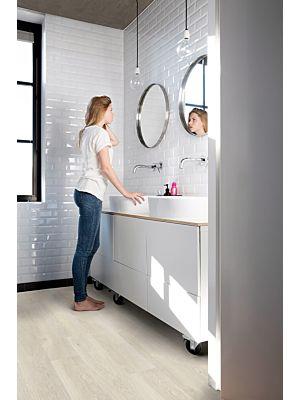 Parquet vinílico de la marca Quick-Step livyn Roble viñedo marrón PUCL40078 de la serie Pulse Click en un ambiente de habitación.
