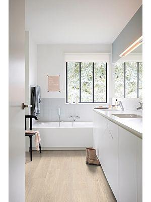 Parquet vinílico de la marca Quick-Step livyn Roble brisa marina claro PUCL40079 de la serie Pulse Click en un ambiente de habitación.