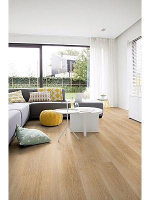 Parquet vinílico de la marca Quick-Step livyn Roble brisa marina beige PUCL40080 de la serie Pulse Click en un ambiente de habitación.