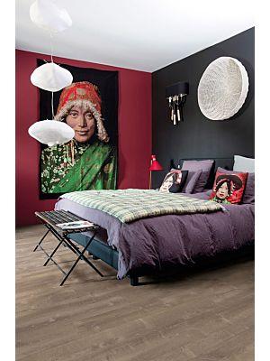 Parquet vinílico de la marca Quick-Step livyn Roble tormenta de arena gris cálido PUCL40083 de la serie Pulse Click en un ambiente de habitación.