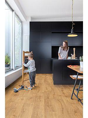 Parquet vinílico de la marca Quick-Step livyn Roble tormenta de arena marrón PUCP40086 de la serie Pulse Click Plus en un ambiente de habitación.