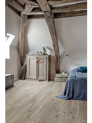 Parquet vinílico de la marca Quick-Step livyn Roble algodón gris claro PUCP40105 de la serie Pulse Click Plus en un ambiente de habitación.