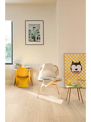 Parquet laminado de ROBLE MOONLIGHT NATURAL de la marca Quick-step de la serie CLASSIC en un ambiente de habitación.