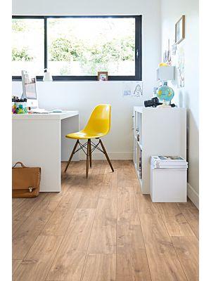 Parquet laminado de ROBLE VIEJO GRIS CLARO de la marca Quick-step de la serie CLASSIC en un ambiente de habitación.