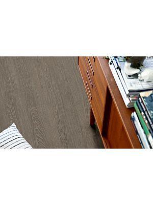 Parquet vinílico de la marca Pergo roble mansión gris topo V2107-40016 de la serie premium en un ambiente de habitación.
