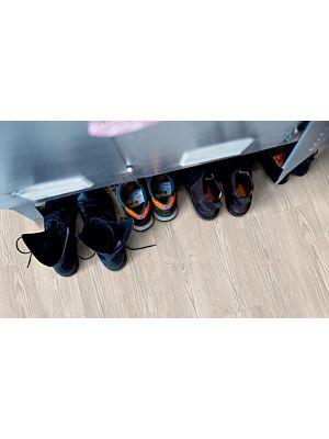 Parquet vinílico de la marca Pergo pino cabaña gris claro V3107-40054 de la serie optimum en un ambiente de habitación en detalle.