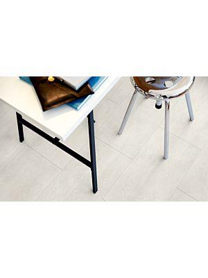 Parquet vinílico de la marca Pergo cemento claro V2120-40049 de la serie premium en un ambiente de habitación.