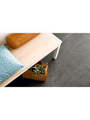 Parquet vinílico de la marca Pergo pizarra gris scivaro V3120-40034 de la serie optimum en un ambiente de habitación.