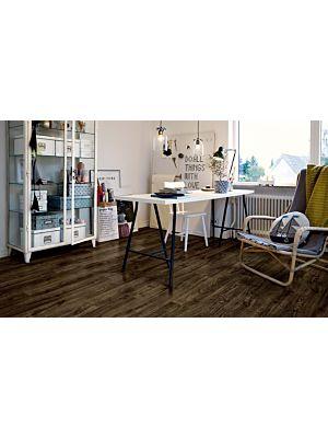 parquet vinílico de la marca Pergo roble ciudad negro V2131-40091 de la serie premium en un ambiente de habitación.