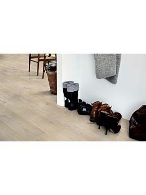 parquet vinílico de la marca Pergo roble playa arena V2131-40103 de la serie premium en un ambiente de habitación.