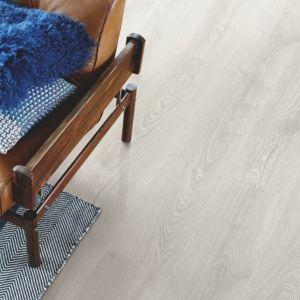 parquet laminado roble estudio de la marca pergo de la serie living expression sensation resistente al agua superficialmente l0331-03867 en un ambiente de habitación.