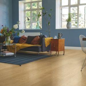 parquet laminado roble estocolmo de la marca pergo de la serie living expression sensation resistente al agua superficialmente l0339-042895 en una habitación.