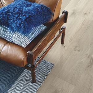 parquet laminado roble gris vintage de la marca pergo de la serie living expression sensation resistente al agua superficialmente l0339-04311 en habitació.