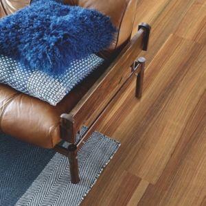 parquet laminado nogal refinado de la marca pergo de la serie original expression sensation resistente al agua superficialmente l0239-04319 en habitación.