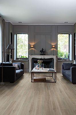 Parquet vinílico de la marca Quick-Step livyn roble seda claro BACP40052 de la serie Balance Click Plus en un ambiente de habitación.