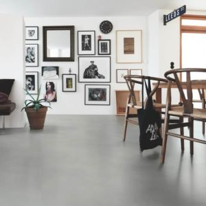 Parquet vinílico de la marca Pergo cemento gris suave V2320-40139 de la serie premium en un ambiente de habitación.