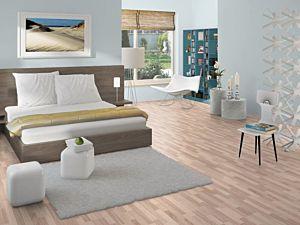 Suelo laminado Fresno Blanco EHL024 sin bisel instalado en una habitación.