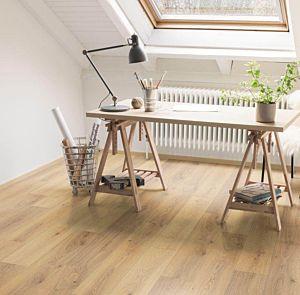 Suelo de Egger Home EHL041, instalado en un estudio donde la luz y el color del suelo lo convierten en una zona relajante.
