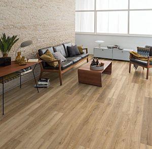 El suelo EHL049-4v instalado en una sala de estar.