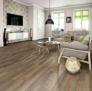 Un suelo laminado armonioso de Egger Home, el EHL062 Roble Murten Marrón, instalado en la sala de estar.