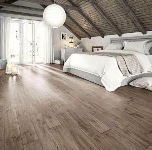 Suelo de Egger Home EHL094, Roble Vinstra Gris instalado en un dormitorio con toque rústico.
