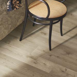 parquet laminado roble prado de la marca pergo de la serie original excellence sensation resistente al agua superficialmente l0239-04309 en habitación.