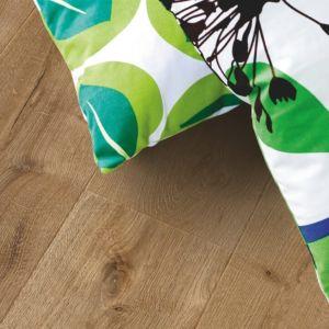 parquet laminado roble ribera de la marca pergo de la serie living expression sensation resistente al agua superficialmente l0339-04301 en una habitación.