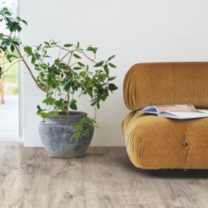 parquet laminado roble barnhouse gris  de la marca pergo de la serie living expression sensation resistente al agua superficialmente l0339-04303 en habitación.