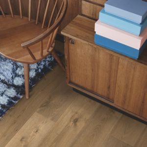parquet laminado roble verano de la marca pergo de la serie living expression sensation resistente al agua superficialmente l0339-04313 en habitación.