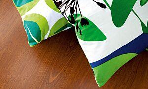 parquet laminado de la marca pergo de la serie original excellence merbau L0241-01599 en un ambiente de habitación.