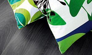 parquet laminado de la marca pergo de la serie living expression roble negro L0301-01806 en un ambiente de habitación.