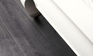 Parquet laminado de la marca pergo de la gama living expression roble otoño serie L0323-01765 en un ambiente de habitación.