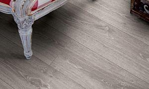 Parquet laminado de la marca pergo de la gama living expression roble tostado serie L0323-01757 en un ambiente de habitación.