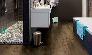 parquet laminado roble granja de la marca pergo de la serie living expression sensation resistente al agua superficialmente l0331-03371 en un ambiente de baño.