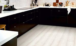 parquet laminado pino blanco cepillado de la marca pergo de la serie living expression sensation resistente al agua superficialmente l0331-03373 en un ambiente de habitación.
